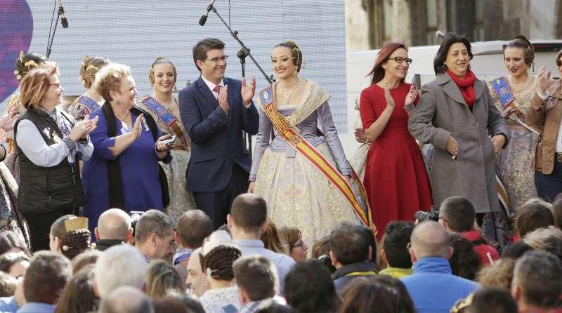 El presidente de la Diputación, con diputados y las Falleras Mayores. FOTO DIVAL