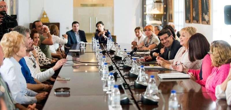 El presidente de la nueva Diputación de Valencia recibe a los familiares del psiquiátrico de Bétera
