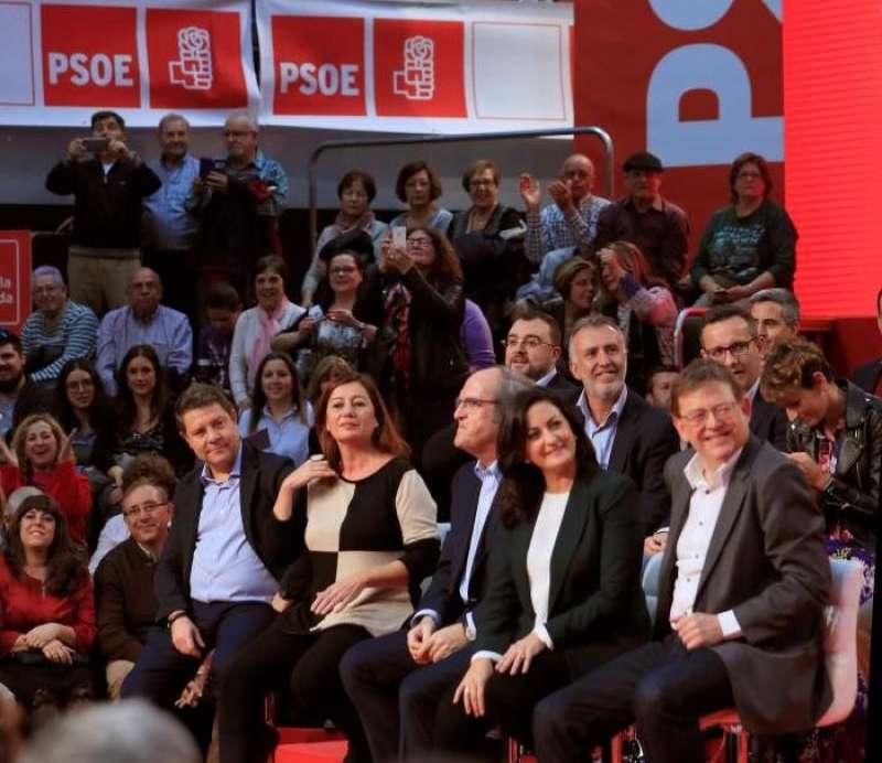 Los presidentes autonómicos socialistas de Castilla-La Mancha, Emiliano García-Page; Baleares, Francina Armengol y Comunitat Valenciana, Ximo Puig, entre otros, durante el mitin celebrado hoy en Fuenlabrada. EFE