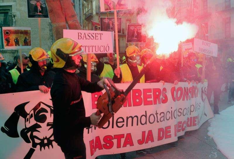 Los sindicatos del Consorcio Provincial de Bomberos de Valencia se manifiestan para reclamar la reducción de la precariedad laboral y el ceso del director técnico.EFE