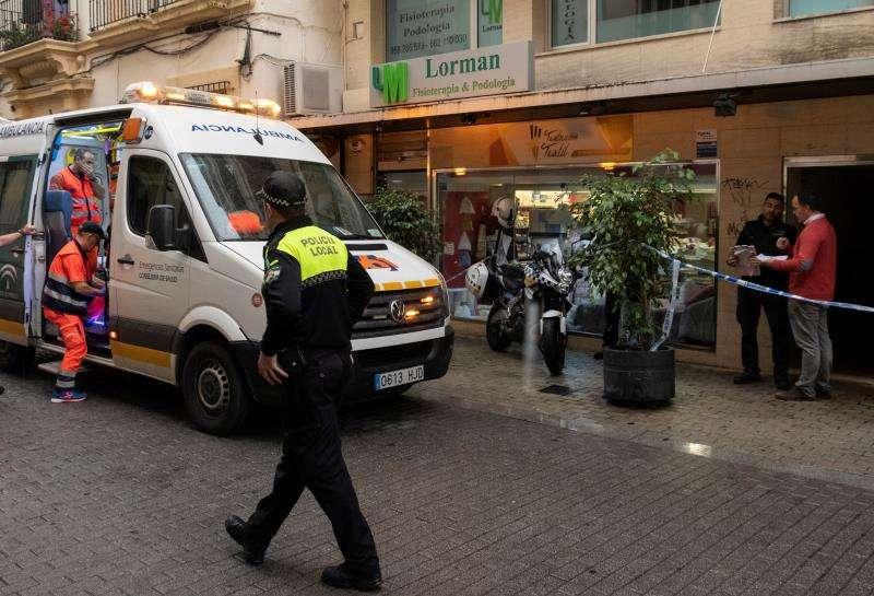 La ambulancia acude a un accidente laboral. EFE/Archivo