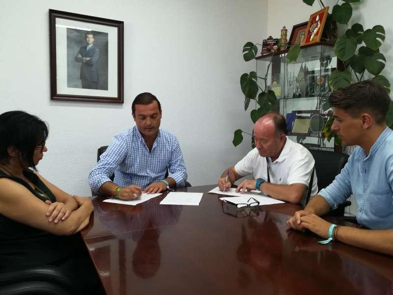 Encuentro entre el alcalde de la ciudad, Andrés Martínez, el edil de educacióin, Ramón Simó y el representante del AMPA, Juan Antonio Pauner. EPDA