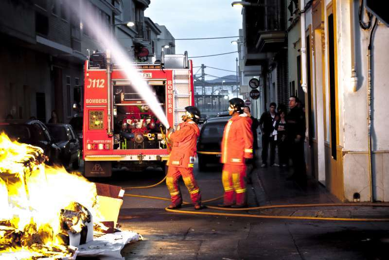 Bomberos extinguiendo un incendio. EPDA.