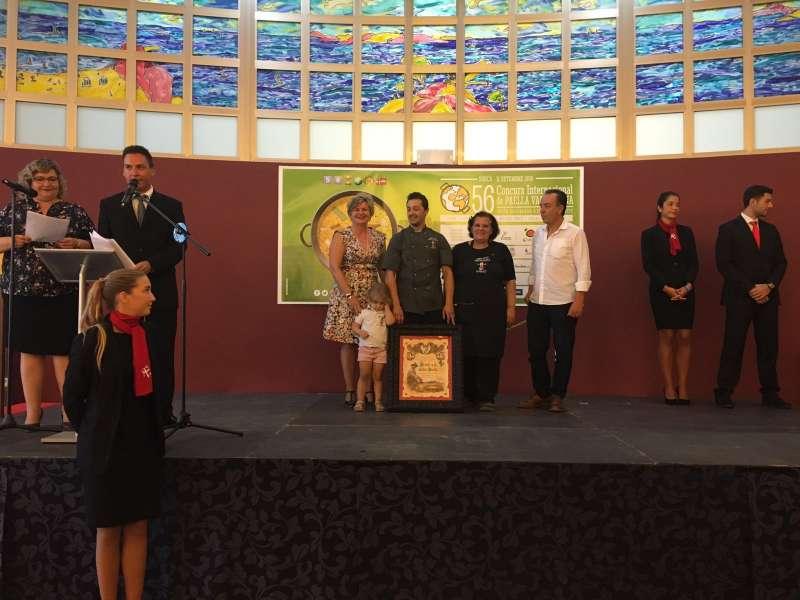 La diputada Pilar Moncho entrega el premio a la mejor paella hecha en Sueca
