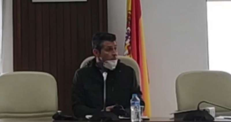 El alcalde de Almussafes, Toni González, durante el pleno.