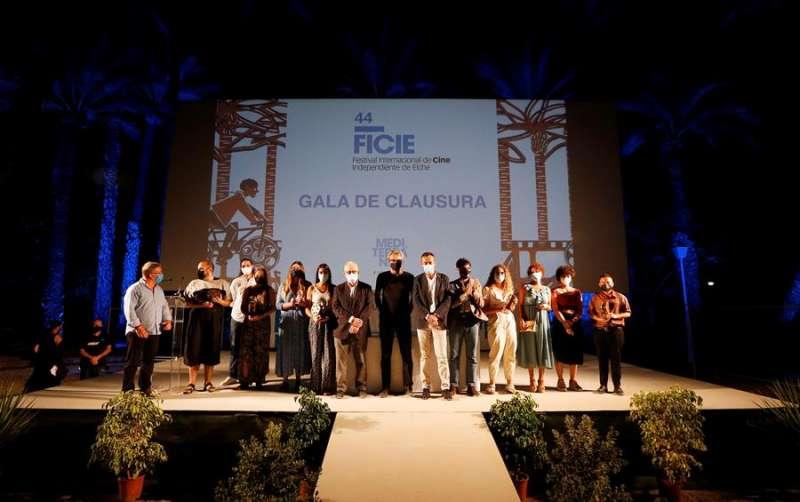 Los premiados posan al finalizar el acto de entrega de trofeos del Festival de Cine Independiente de Elche. EFE / Manuel Lorenzo