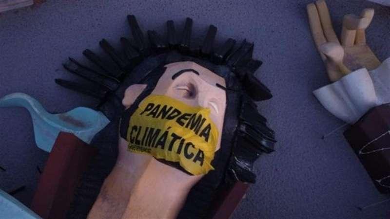 La instalación de recreo infantil con la mascarilla puesta, en una imagen difundida por Greenpeace.