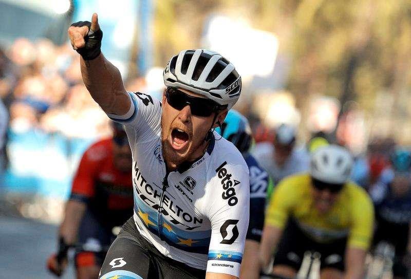 El corredor italiano del equipo Michelton - Scott, Mario Trentín, celebra su victoria al sprint en la segunda etapa de la 70ª edición de La Volta Ciclista a la Comunitat Valenciana, con salida y meta en Alicante. EFE