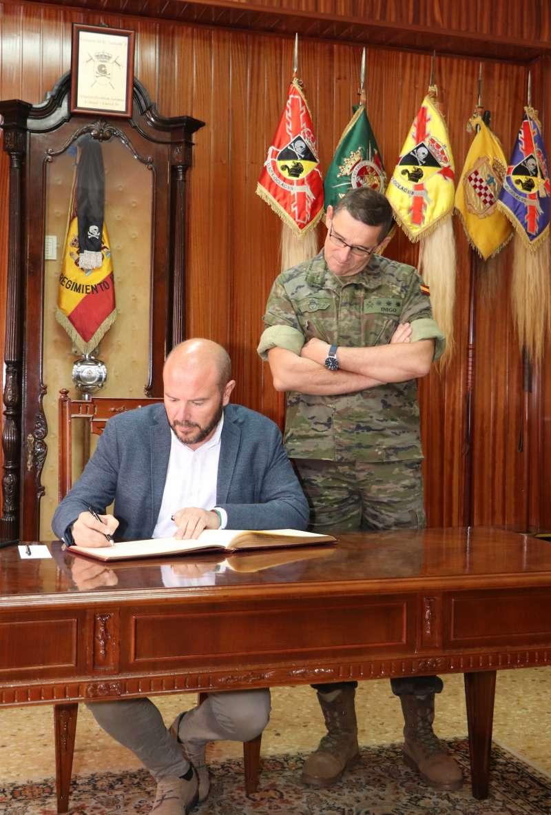 Gaspar firmando en el libro de honor. EPDA