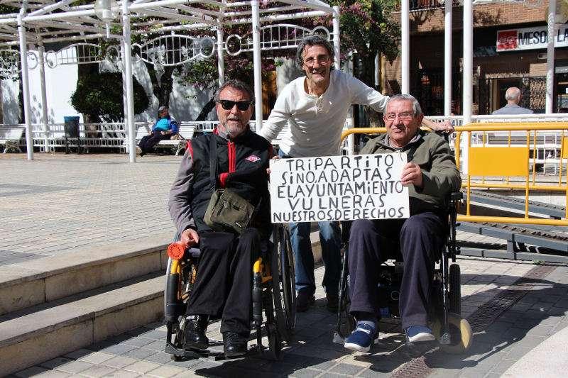 Salvador Esteve (izq.) junto a otros vecinos de Benetússer frente al ayuntamiento. EPDA