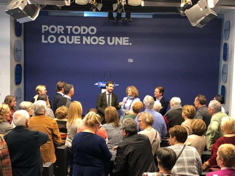 Folgado y vecinos de Torrent en la sede del PP en Madrid junto al líder de la formación, Pablo Casado. EPDA