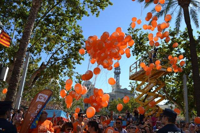Ciudadanos Valencia lanzan globos para celebrar el Día de la Comunidad Valenciana