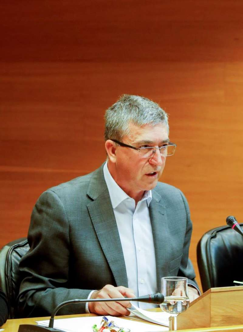El conseller de Economía, Comercio y Trabajo, Rafael Climent, explica en Les Corts los presupuestos de su departamento para el próximo año, 444,9 millones de euros, un 13,7 % más que en 2018. EFE