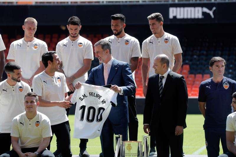 El rey Felipe VI recibe en audiencia a directivos y jugadores del Valencia CF con motivo del centenario del club. EFE