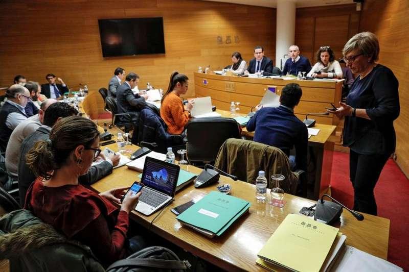 Una comisión de Les Corts Valencianes. EFE/Manuel Bruque/Archivo