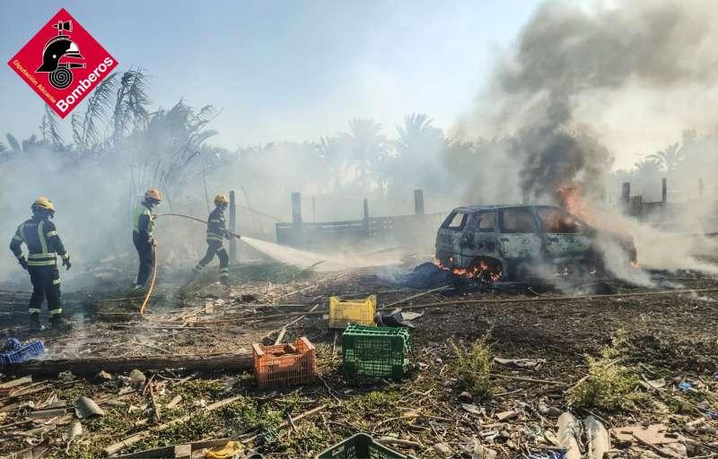 Los bomberos extinguen el incendio