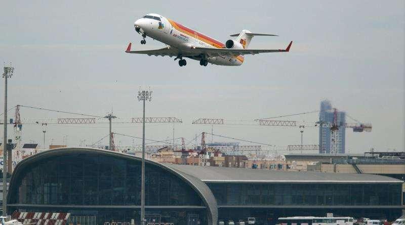 Un avión comercial despega desde el aeropuerto de Manises. EFE