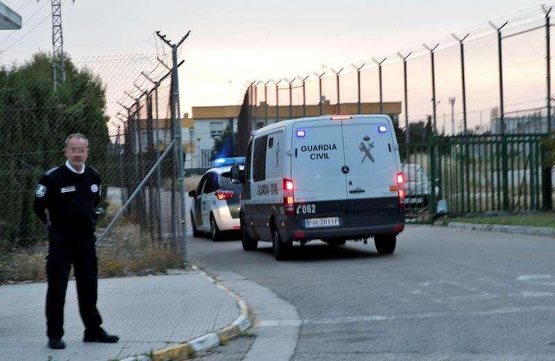 Un furgón y un coche patrulla de la Guardia Civil llegan a la prisión de Picassent. EFE/Archivo
