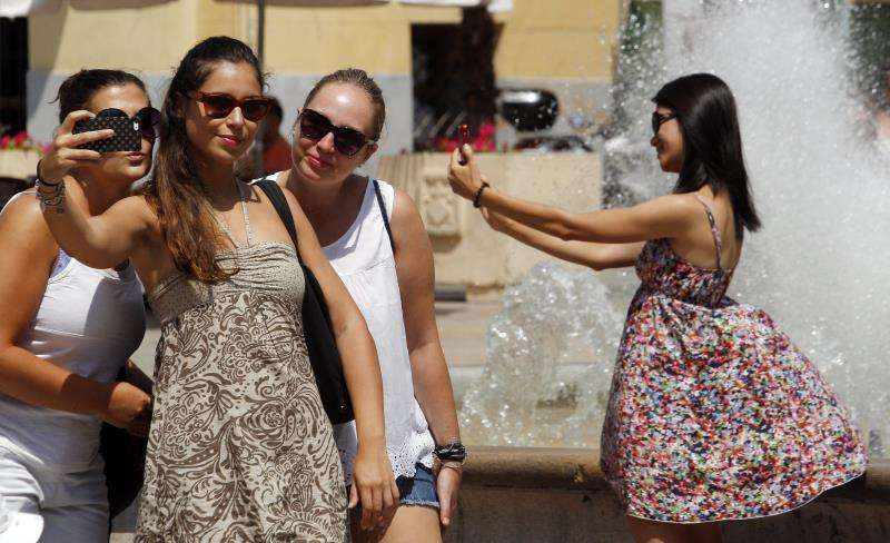 Varias turistas se hacen fotos en el centro de la ciudad de València. EFE/Archivo