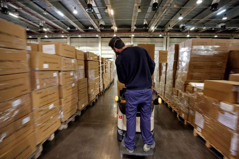 Imagen de un almacén con material sanitario adquirido por la Generalitat Valenciana . EFE/Manuel Bruque/Archivo