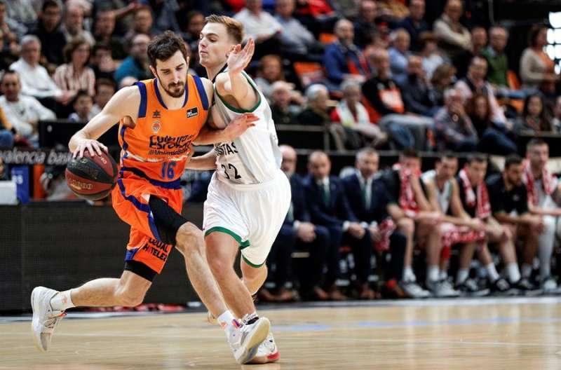 El base del Valencia Basket, Guillem Vives (izda), es defendido por el base letón del Joventut de Badalona, Arturs Zagars. EFE/Manuel Bruque