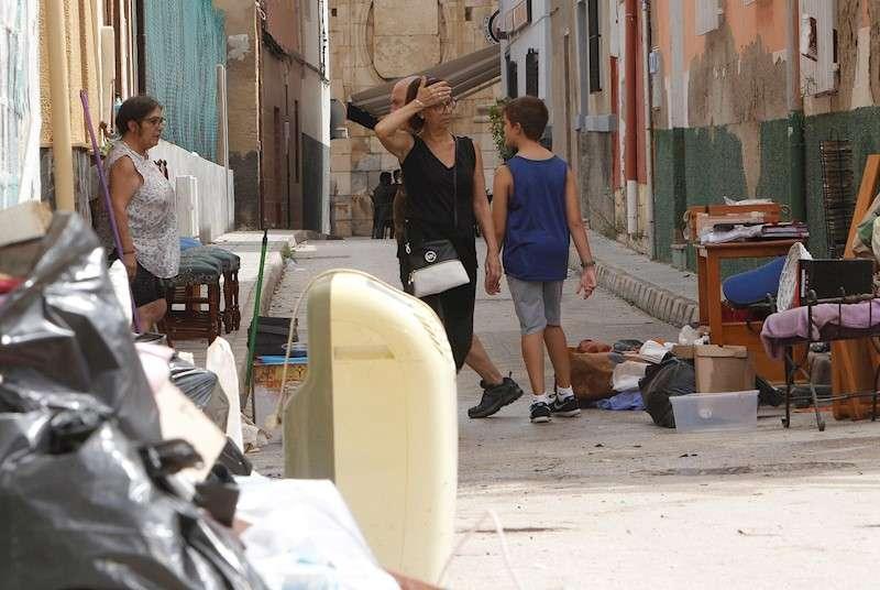 Vecinos de Orihuela limpian sus casas y negocios anegados por la gota fría. EFE/Archivo