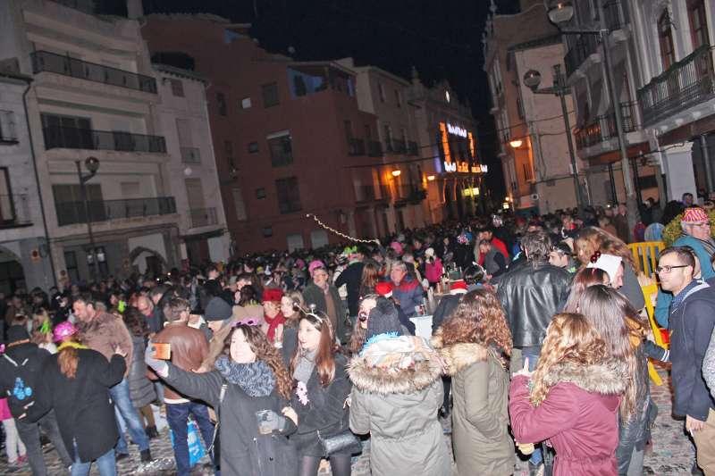 Asistentes a la fiesta del año pasado en la plaza Mayor de Sagunt. EPDA