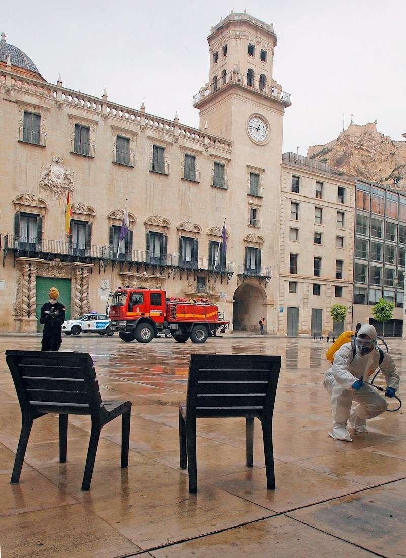 Imagen de archivo con efectivos de la UME desinfectando lugares de gran afluencia de gente en Alicante. EFE