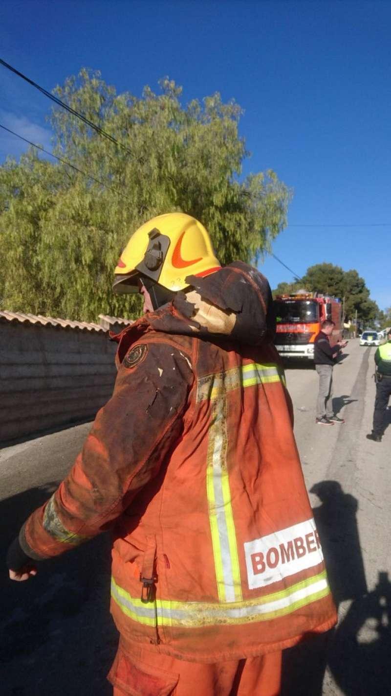 Un bombero en el momento de la extinción del incendio de Ontinyent. EPDA