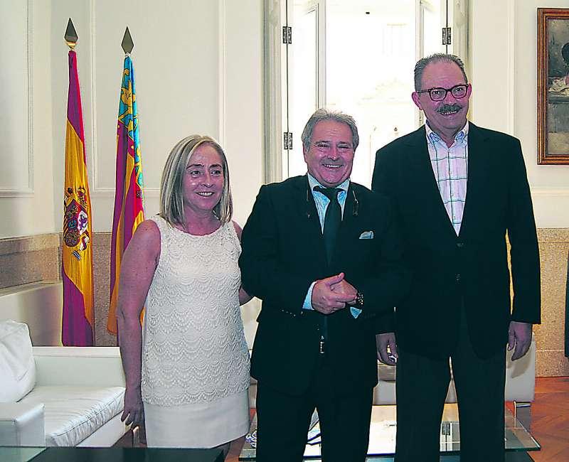 La secretaria municipal, junto a Rus y el ex alcalde de Massalfassar. FOTO DIVAL