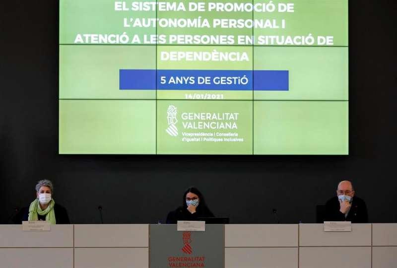 La vicepresidenta del Consell y consellera de Igualdad y Políticas Inclusivas junto a la directora general de Servicios Sociales y al subdirector general durante la rueda de prensa donde ha presentado el balance de gestión de los últimos cinco años del sistema de atención a la dependencia en la Comunitat Valenciana, este jueves en Valencia. EFE/Ana Escoba