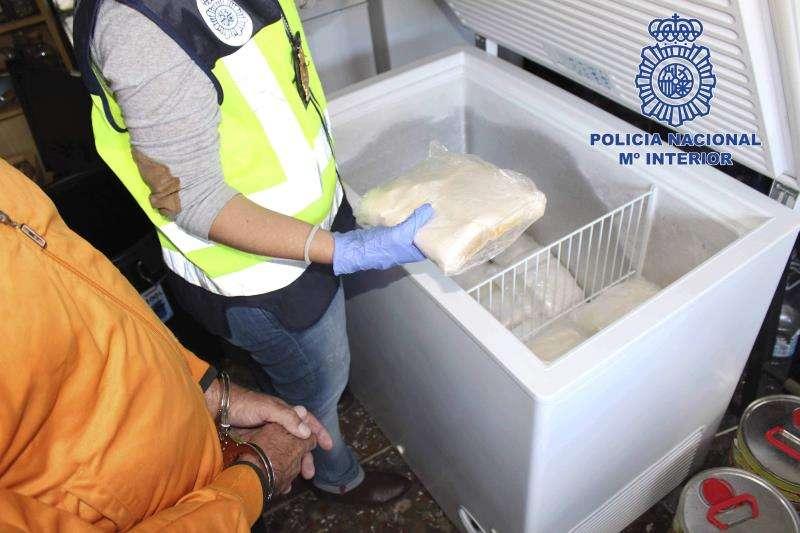 Madrid, 20 nov (EFE).- La Policía Nacional ha desarrollado una operación en la que, por primera vez, ha intervenido la base con la que se fabrica speed de forma masiva, en concreto, han sido incautados 52 litros de aceite ocultos en un cargamento de flores que, de haber sido tratado, se habría convertido en 200 kilos de speed.