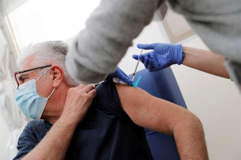 Vacunación con AstraZeneca en el hospital de campaña La Fe de València.