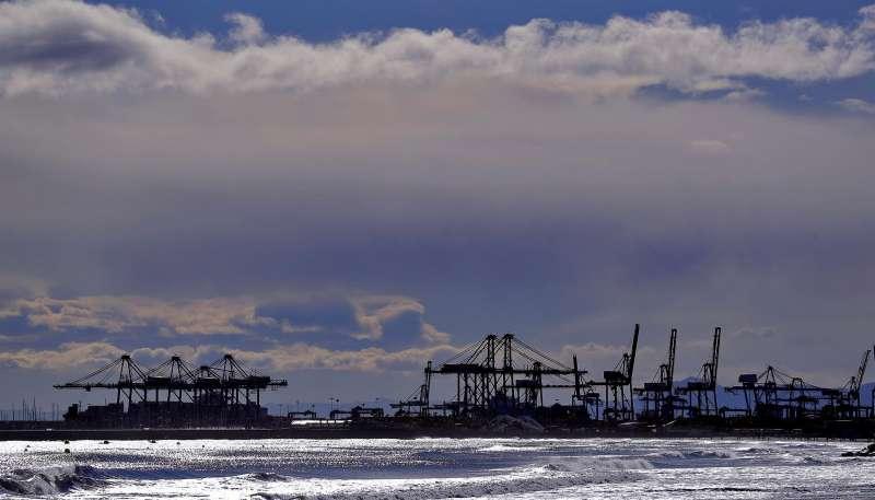 La silueta de las gr�as del Puerto de Val�ncia se observan desde la playa de La Patacona de Alboraya.