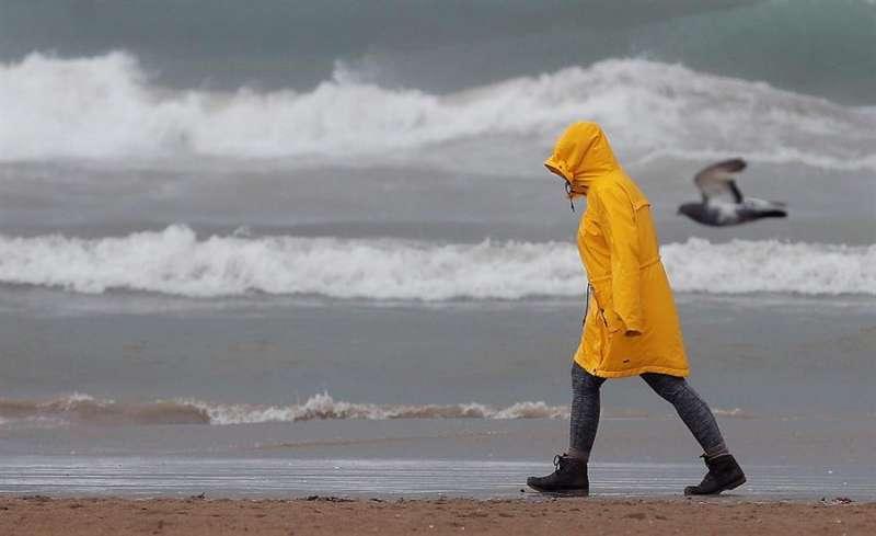 Una persona pasea por la playa de la Malvarrosa. EFE/Kai Försterling