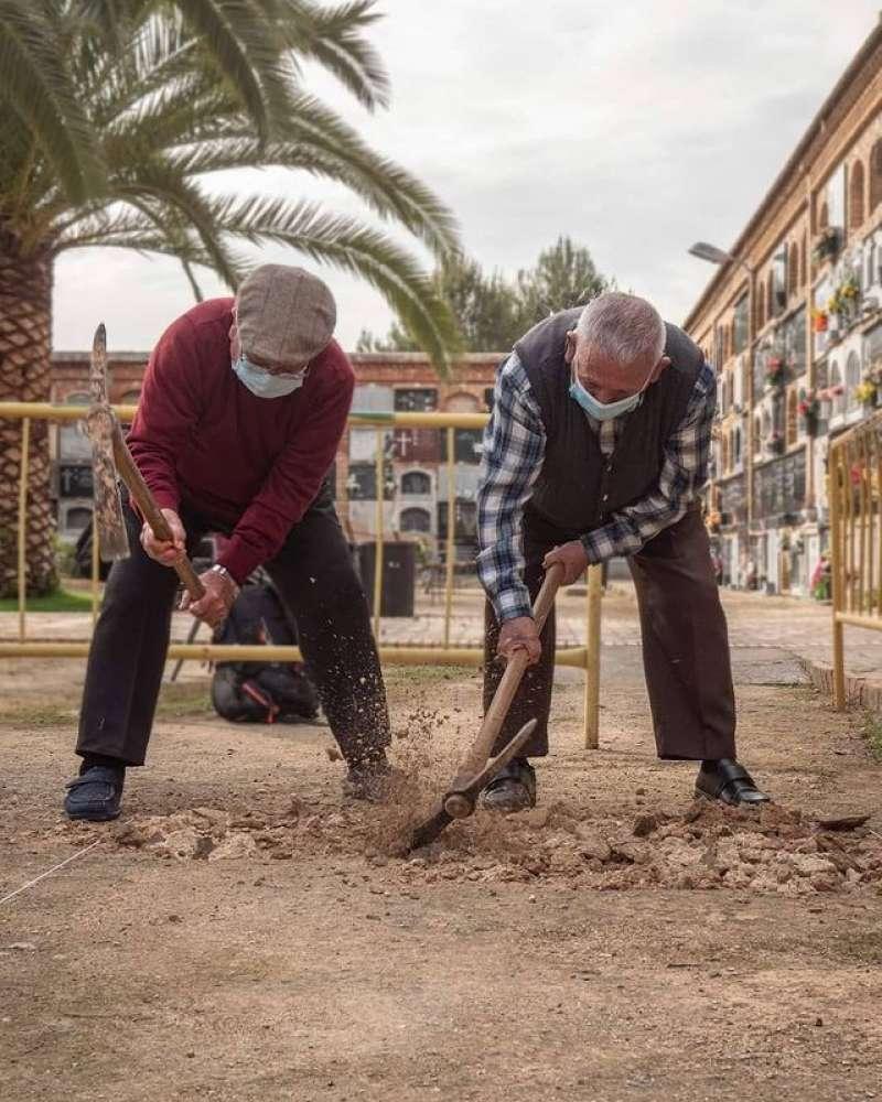 Hijos de los fusilados en el inicio de los trabajos de excavación en la Fosa II de Paterna