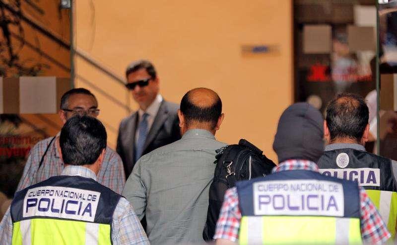 Agentes de la UDEF entrando en el Ayuntamiento de Ontinyent con motivo del caso Alquería, en una imagen del pasado mes de junio. EFE/Archivo