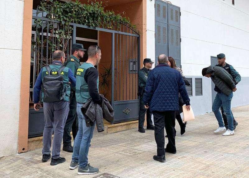 - El joven de 22 años detenido por la muerte de su novia, de 26, es trasladado a la vivienda que compartían en Vinaròs. EFE/Archivo