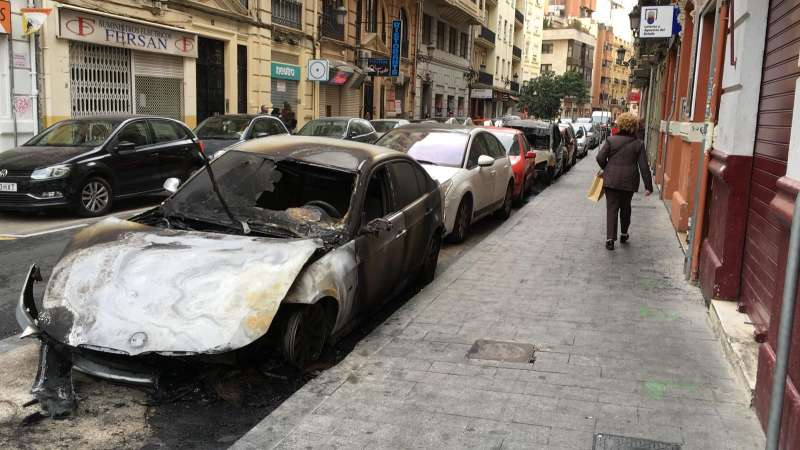 Coche quemado en Ruzafa. EPDA