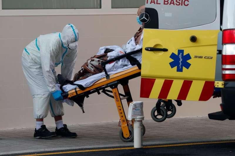 Imagen de archivo de un sanitario trasladando a un enfermo en el Hospital Clínico de València durante la tercera ola de la pandemia. EFE/ Kai Försterling