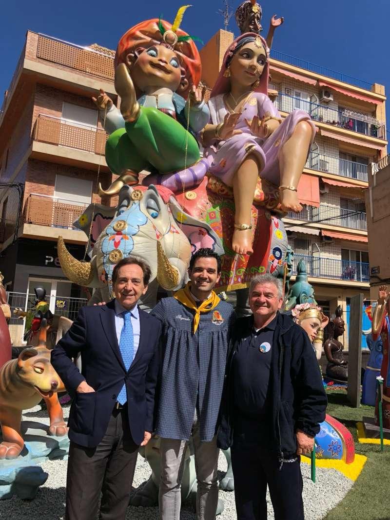 Juan Antonio Sagredo, en el centro, junto a dos de los promotores. FOTO EPDA