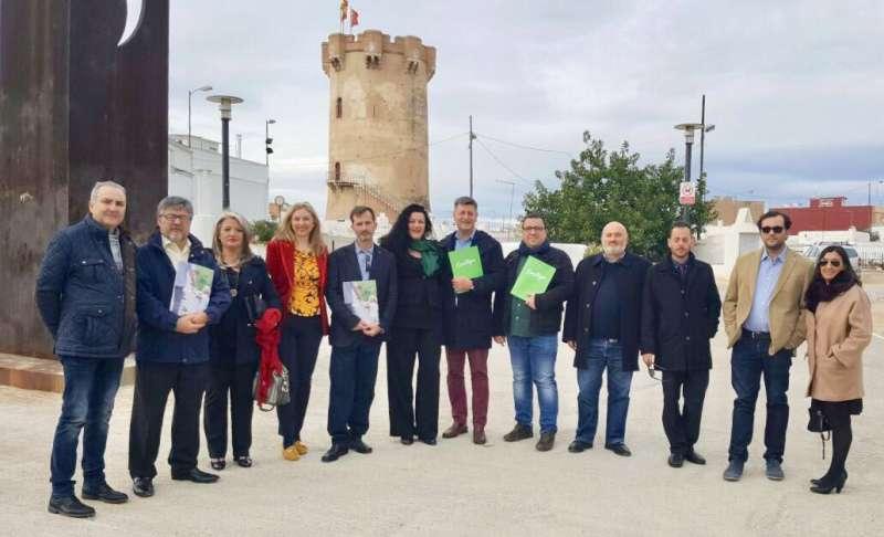 Foto de familia de representantes del partido local y Contigo. FOTO EPDA