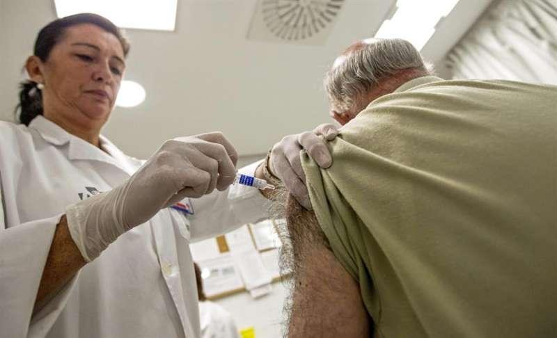 Un hombre es vacunado en un Centro de Salud. EFE/Manuel Bruque
