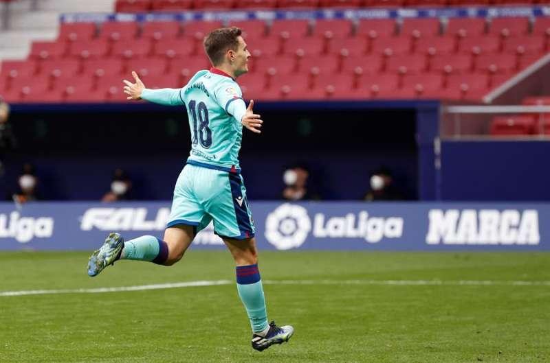 El jugador del Levante Jorge de Frutos, celebra su gol durante el partido de LaLiga Santander de la jornada 24 contra el Atlético de Madrid. EFE/ Chema Moya
