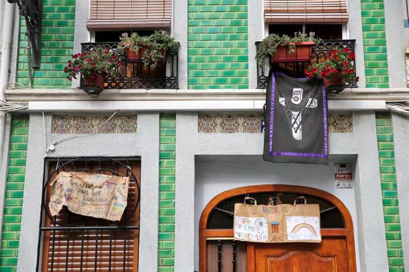 Los vecinos del barrio de El Cabanyal de Valencia viven el Domingo de Ramos de la Semana Santa Marinera engalanando sus balcones y ventanas en el vigésimo segundo día de confinamiento. EFE/Manuel Bruque