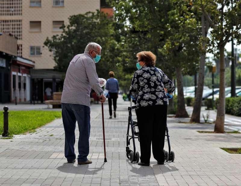 Dos personas mayores en una imagen de archivo / EFE