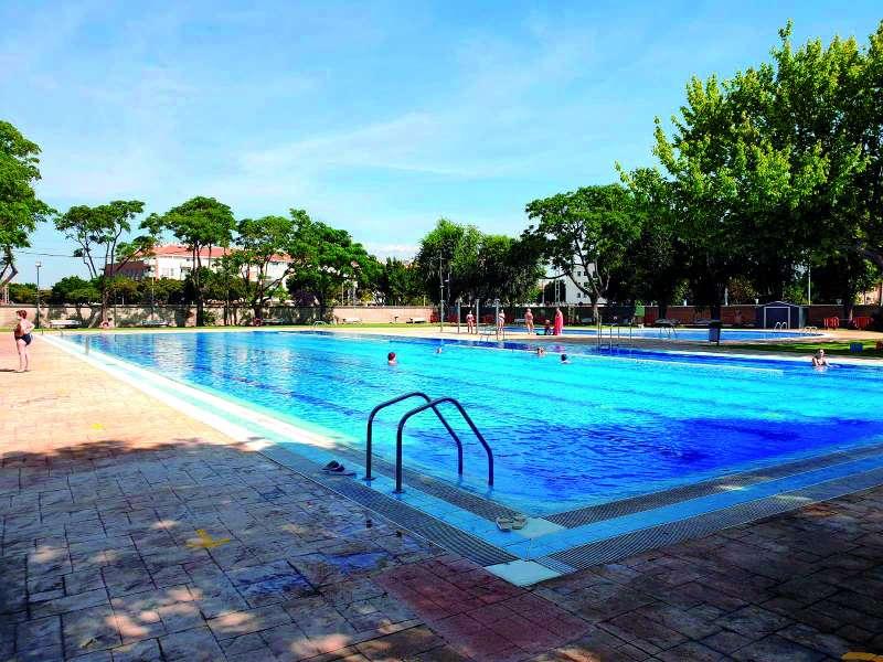 Los vecinos de Foios pueden disfrutar de la piscina de verano con mayores medidas de seguridad por el Covid-19. / epda