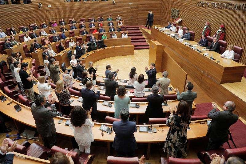 Los diputados aplaudiendo a Puig. EFE