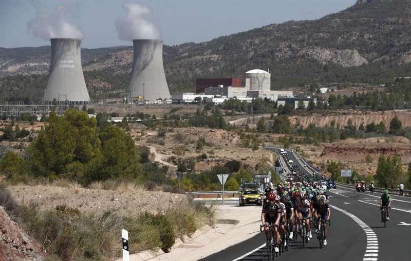 Imagen de archivo de una etapa de la Vuelta Ciclista a España con la central nuclear de Cofrentes (Valencia) al fondo. EFE/Javier Lizón