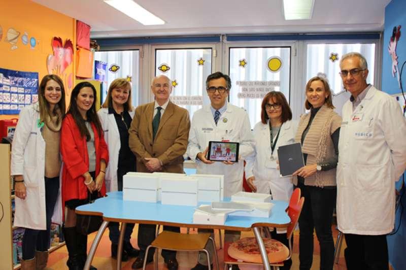 Tomás Trenor, presidente de AECC, Helena Alloza, gerente de la Asociación y Purificación Aguilar, coordinadora de voluntariado, haciendo entrega del material al equipo del Hospital Clínico.